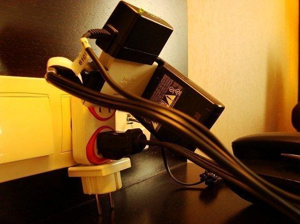 Adaptador de tomadas sendo usado de maneira inadequada